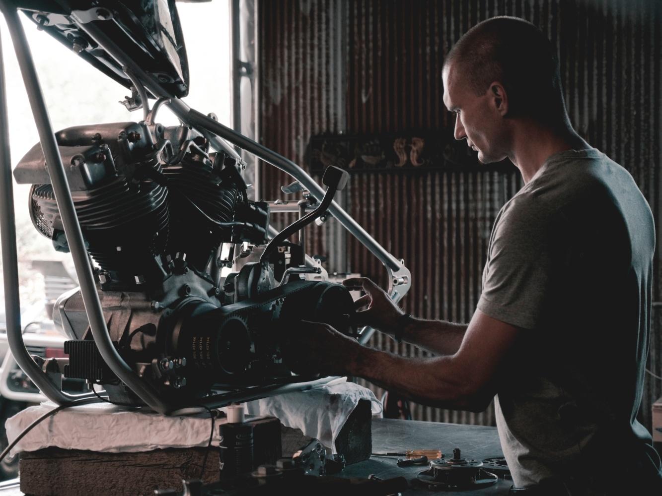 エンジンを触る男性
