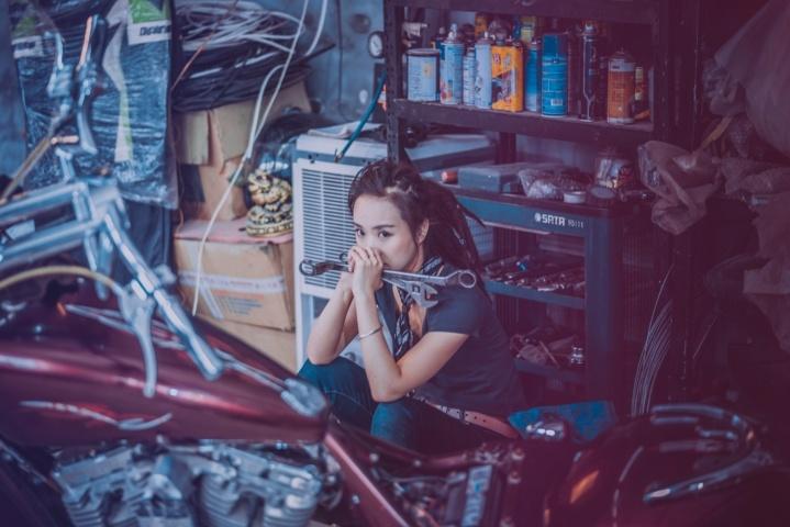 整備工場で途方にくれる女性