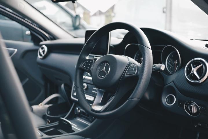 車の運転席画像