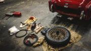 外されたタイヤと工具