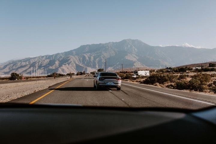 まっすぐな道を走る車