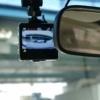 ルームミラー裏に設置されたドライブレコーダー