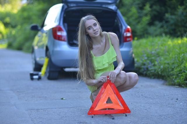 三角停止板を持つ女性
