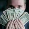 紙幣を持つ男性